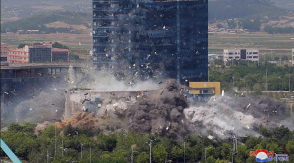 지난 6월 17일 폭파되는 개성 남북공동연락사무소/조선중앙통신/연합뉴스