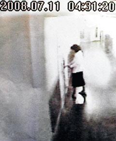 금강산 피격 사건 피해자인 고 박왕자씨가 사고 당일인 2008년 7월 11일 새벽 호텔방을 나서는 모습. 폐쇄회로 TV 화면엔 새벽 4시 31분이라는 시간이 찍혀 있지만 이 시계가 실제 시간과 13분의 차이가 있어 실제 호텔 출발 시간은 4시 18분이다. /조선일보 DB