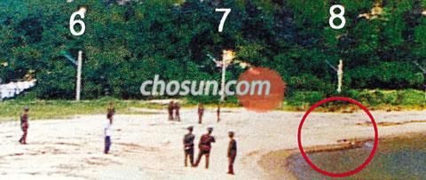 금강산 피격사건이 발생한 직후인 2008년 7월 11일 오전 북한군과 현대아산이 사고 현장을 조사하는 모습. 정부합동조사단이 공개한 이 사진의 오른쪽 둥근 원 안이 피해자 고 박왕자씨가 피격당한 지점이다. /조선일보 DB