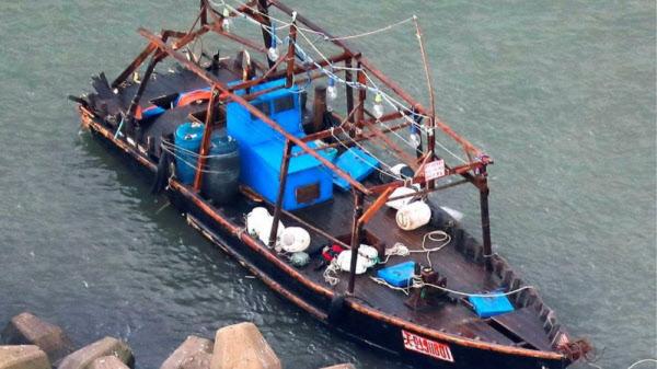 북한의 '유령선'으로 추정된 선박. /로이터통신