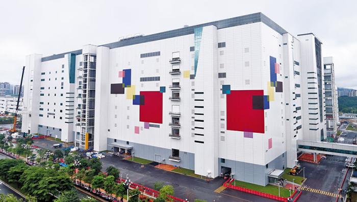 LG디스플레이가 23일 중국 광저우 공장에서 OLED(유기발광다이오드) 양산을 시작했다. LG디스플레이는 파주 공장까지 더해 월 13만장(유리 원판 기준)의 OLED 패널 생산능력을 갖추게 됐다.