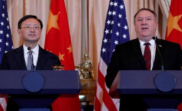 마이크 폼페이오(오른쪽) 미국 국무장관이 지난해 양제츠 중국공산당 외교담당 정치국 위원과 회담후 기자회견을 갖고 있다./로이터연합뉴스