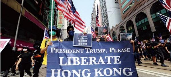 2019년 9월 홍콩 시민들이 트럼프 대통령에게 홍콩을 해방시켜 달라고 하는 플래카드를 들고 시위하고 있다./조선일보 DB