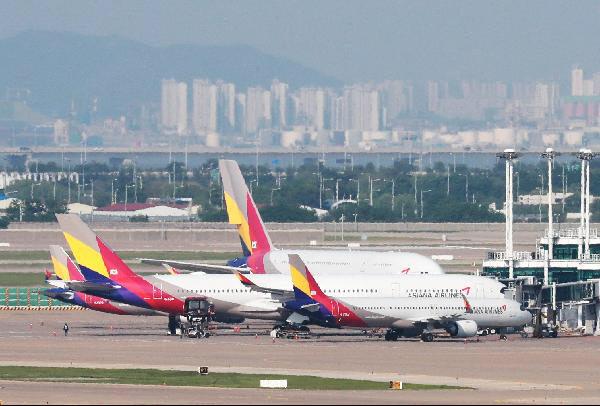 지난달 인천공항 제1터미널 주기장에 아시아나 항공기가 멈춰 서 있는 모습. /이태경 기자