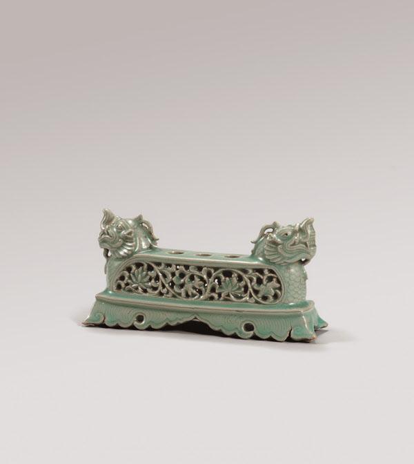보물 제1932호 '청자 투각 연당초문 붓꽂이'. /국립중앙박물관