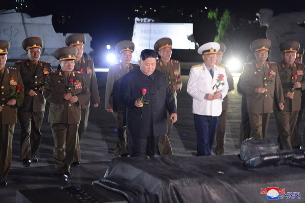 북한 김정은 국무위원장이 정전협정일(7월27일)에 즈음해 북한 조국해방전쟁참전열사묘를 찾아 참배했다고 조선중앙통신이 27일 보도했다. /조선중앙통신 연합뉴스