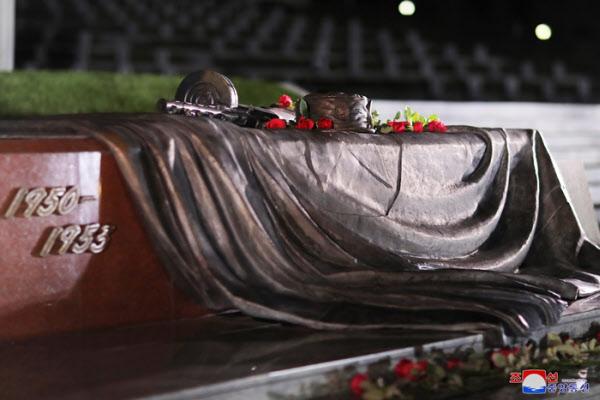 김정은이 정전협정일(7월27일)에 즈음해 참배한 북한 조국해방전쟁참전열사묘. /조선중앙통신 연합뉴스