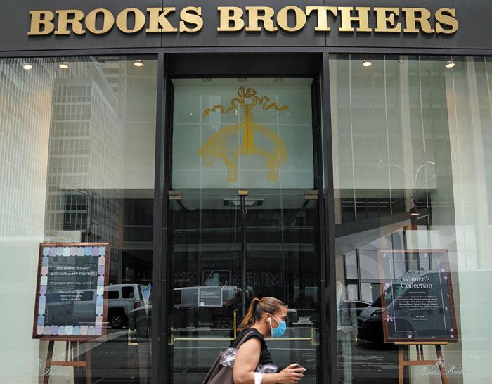 문 닫은 뉴욕 브룩스브러더스 매장 앞을 마스크 쓴 시민이 지나고 있다