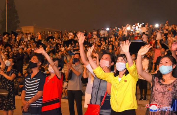 27일 평양에서 열린 정전협정 체결 67주년 맞이 불꽃놀이 행사를 북한 주민들이 관람했다고 조선중앙통신이 28일 보도했다. /조선중앙통신 연합뉴스