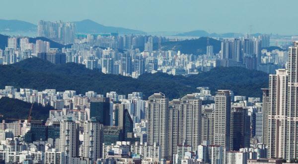 지난 26일 서울N타워에서 바라본 서울과 부천의 아파트 단지./이태경 기자