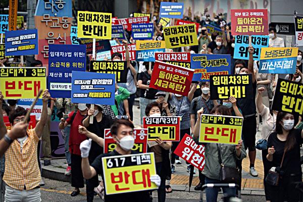 '6·17 규제 소급적용 피해자 구제를 위한 모임' 등 정부의 부동산대책에 반대하는 시민 5,000명이 지난 25일 서울 종각역 인근에 모여 항의하고 있다./연합뉴스