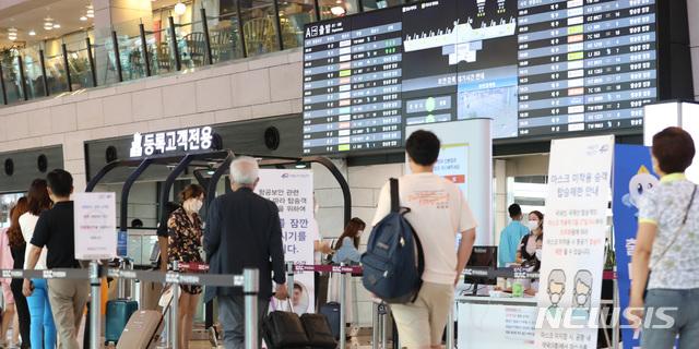 국내선 여행객들로 붐비는 김포공항