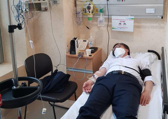 정진웅 부장검사가 종합병원 응급실에서 치료를 받고 있다며 공개한 사진./서울중앙지검 제공