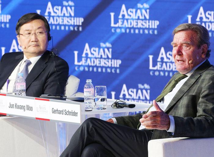 2018년 조선일보 주최의 아시안리더십콘퍼런스에 참가한 전광우 전 국민연금공단 이사장과 게르하르트 슈뢰더(오른쪽) 전 독일 총리.