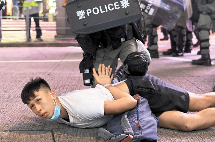 홍콩 국가보안법 시행 이틀째인 지난 1일 홍콩 경찰이 홍콩보안법 반대 시위에 참가한 시민을 제압하고 있다.