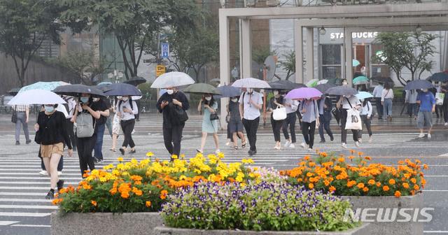 출근길 많은 비에 발걸음 재촉하는 시민들