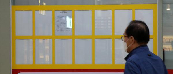 서울 송파구의 한 공인중개업소 앞 게시판이 매물 정보 없이 비어 있다. 중개사들은 '정부의 임대차법 개정 움직임에 집주인들이 전세 매물을 거둬들였고, 구청의 허위매물 단속도 심하다'고 전했다./김연정 객원기자