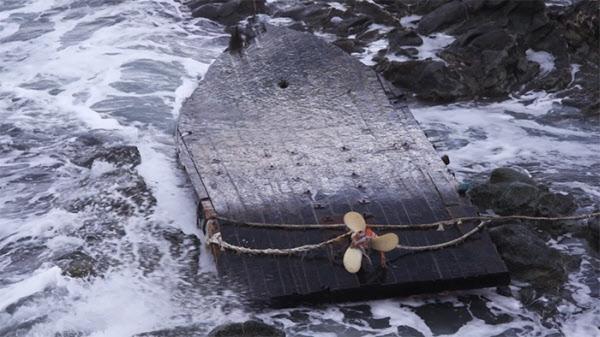 뒤집어진 채 일본 해안가로 떠밀려 온 북한 어선. 중국 어선들에 밀려 동해 먼바다에서 조업하다 악천후, 기관 고장 등으로 좌초·표류해 일본 해안까지 떠밀려 온 북한 선박들이 작년 한해에만 150척이 넘는다. /The Outlaw Ocean Project