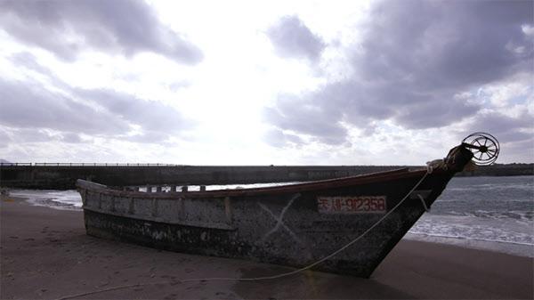 길이 6m 남짓한 북한의 낡은 목선.중국 어선들에 밀려 동해 먼바다를 떠돌다 일본 해안가까지 표류하는 이같은 배가 지난 5년간 500척이 넘는다. /The Outlaw Ocean Project