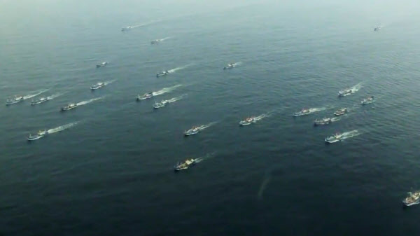 지난 2016년 10월 중국의 저인망 어선들이 동해 바다의 어장으로 향하고 있는 모습. /The Outlaw Ocean Project