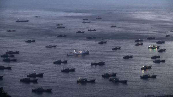 울릉도 인근 우리 영해에 닻을 내린 중국 어선들. 한국 해경 경비함으로 추정되는 선박이 이들 선박에 둘러싸여 있다. /The Outlaw Ocean Project