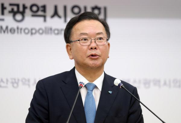 더불어민주당 당 대표 선거에 출마한 김부겸 후보가 31일 부산시의회 브리핑룸에서 기자회견을 하고 있다. /연합뉴스