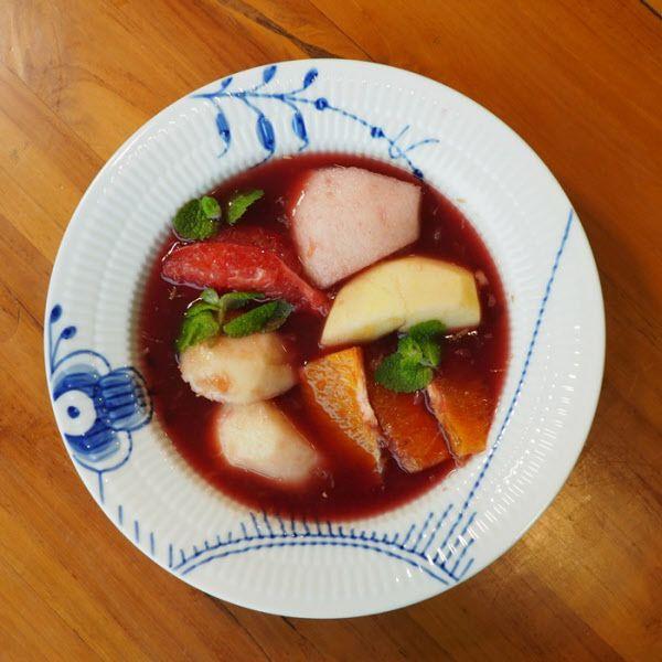 접시에 담은 상그리아. 보통 음료로 즐기는 상그리아를 스페인 출신 세계적 요리사 페란 아드리아는 디저트로 풀어냈다./김성윤 기자