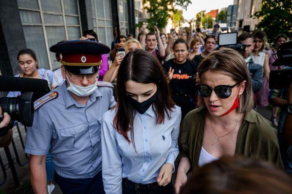 아버지 살해 혐의를 받는 세 자매 중 막내 마리아(가운데)가 지난 28일(현지 시각) 모스크바에서 열린 공판 전 심리를 마치고 법원을 나서고 있다./AFP 연합뉴스