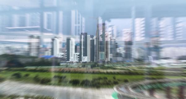 24일 오후 세종시청에서 바라본 아파트 단지가 유리에 비치며 흐릿하게 보이고 있다. /연합뉴스