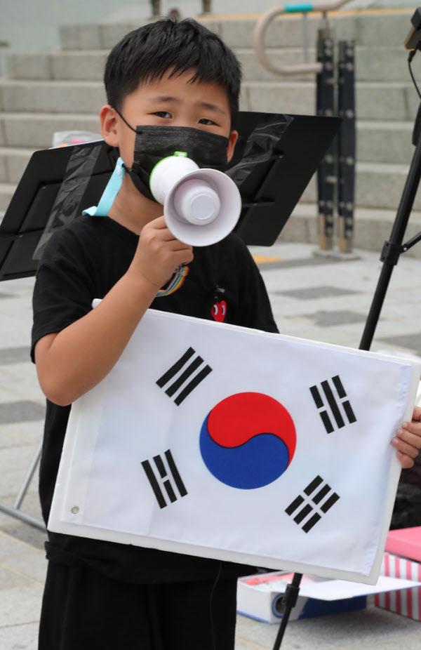 애국가 맘의 첫째 이정이군이 태극기와 손마이크를 들고 25일 애국가를 부르고 있다.동요을 좋아하는 이군은 애국가는 물론 6.25노래도 부를 줄 안다./이진한기자