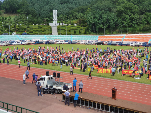 31일 오후 경북 의성종합운동장에서 의성군민들로 구성된 의성군통합신공항유치위원회 관계자 약 1500명이 집회를 열고 있다./이승규 기자