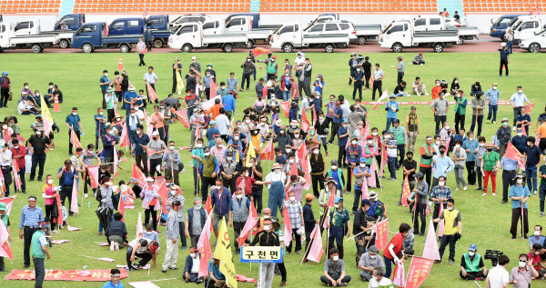 대구·경북 통합신공항 부지선정 관련, 경북 군위군에 집중된 시설배치에 반발하는 의성 주민들의 집회가 31일 오후 의성종합운동장에서 열리고 있다./뉴시스