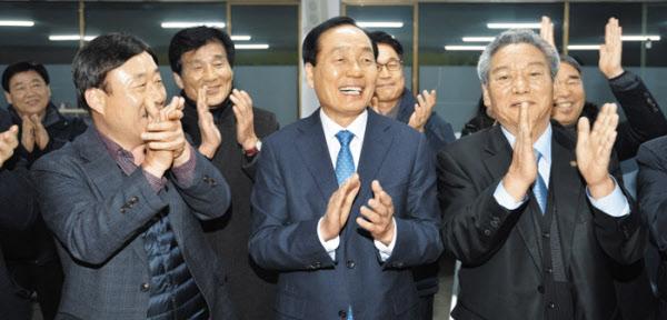 지난 1월 22일 경북 의성군에서 김주수 의성군수(가운데)와 의성군민들이 대구경북 통합신공항 공동후보지 주민투표에서 1위 결과를 확인한 뒤 기뻐하고 있다./뉴시스