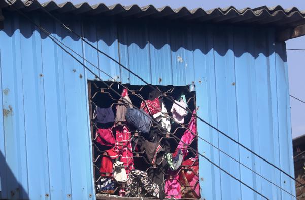 코로나19 봉쇄에 건조대로 변신한 인도 빈민가 창문./뉴델리 AP연합