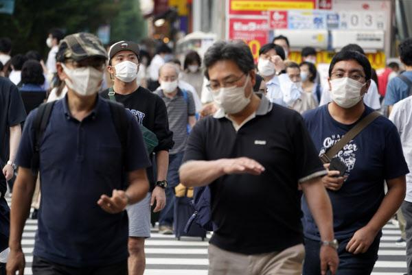 31일 일본 도쿄 아키하바라 거리를 행인들이 마스크를 쓴 채 걸어가고 있다./EPA 연합뉴스