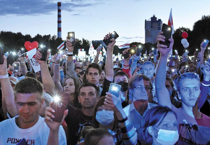 30일(현지 시각) 벨라루스 수도 민스크에 모인 시민들이 휴대전화 불빛을 밝히며 알렉산드르 루카셴코 벨라루스 대통령을 비판하는 시위를 하고 있다.