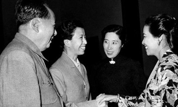 <1962년 인도네시아 영부인 하르티니 수카르노를 접견하는 장면. 왼쪽부터 마오쩌둥, 장칭, 그리고 국가주석 류샤오치의 부인 왕광메이. 왕광메이에 대한 장칭의 질시는 문혁 멜로드라마의 심리적 배경이 된다./ 공공부문>