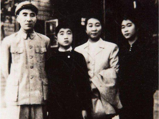<린뱌오의 가족사진. 왼쪽부터, 린뱌오, 린리궈, 예췬, 린리헝. 1971년 내란혐의에 연루된 린뱌오는 가족과 함께 모스크바로 망명하다 사망한다. 이 중 린리헝만 현재 생존해 있다.>