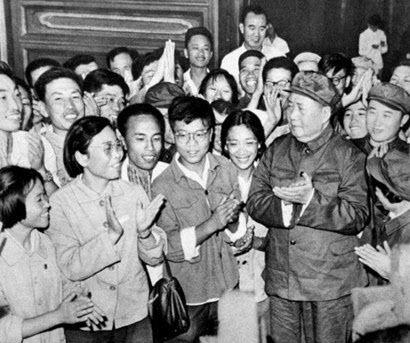 <1966년 8월 16일 톈안먼 광장에서 녜위안쯔 및 좌파인텔리들을 맞이하는 마오쩌둥의 모습. 왼쪽 앞 단발의 안경 낀 여성이 녜위안쯔/ 공공부문>