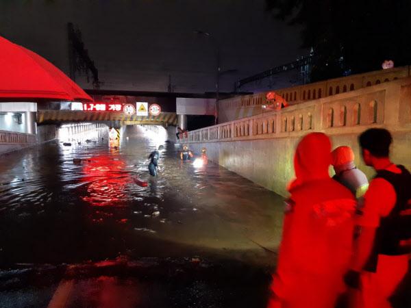 지난 23일 밤 소방 구조대와 경찰 등이 부산 동구 초량 제1지하차도에서 구조활동을 펼치고 있다./부산경찰청 제공