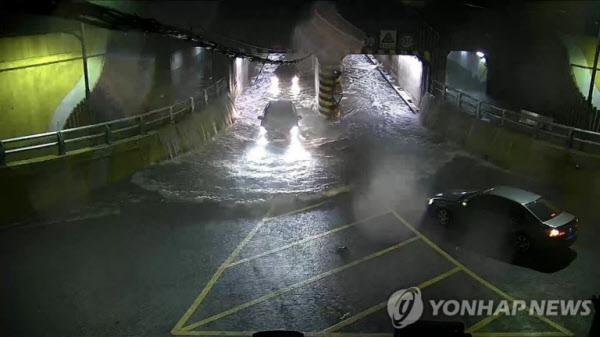 지난 23일 밤 부산 동구 초량 제1지하차도 충장로 측 진입도로. 도심 중앙로에서 부산항 부두와 인접한 충장로 쪽으로 나오는 왼쪽 터널에 빗물이 흥건히 고여 있다. /연합뉴스