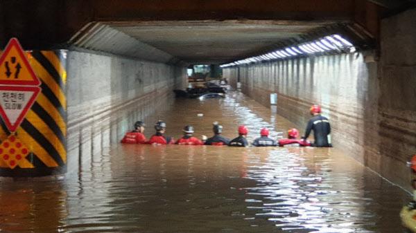 지난 23일 밤 부산 동구 초량 제1지하차도 터널 구간 안에서 소방 구조대원들이 빗물에 빠진 차량 안 사람들을 구하기 위한 구조활동을 펼치고 있다. /부산경찰청 제공