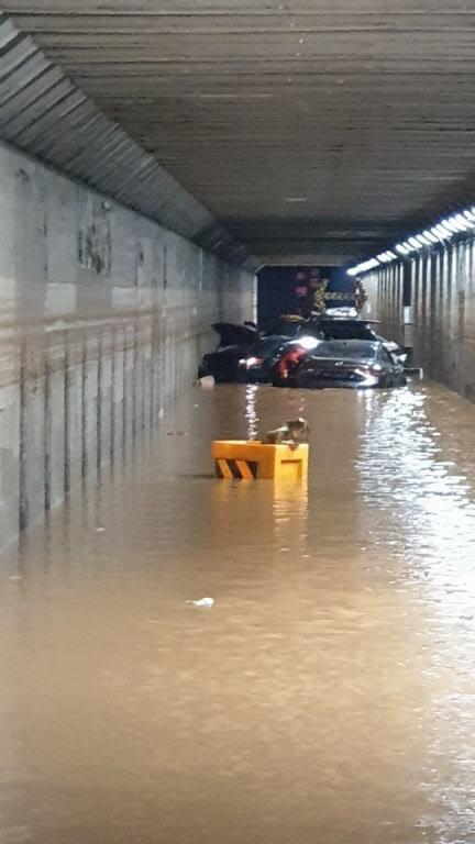 지난 23일 밤 폭우로 침수된 터널 안 차량에 갇혀 3명이 숨진 부산 동구 초량 제1지하차도 안 피해 차량들. /부산소방재난본부 제공