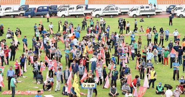 31일 오후 경북 의성군 의성종합운동장에서 대구·경북 통합신공항 부지선정과 관련, 경북 군위군에 집중된 시설배치에 반발하는 의성 주민들의 집회가 열리고 있다./뉴시스