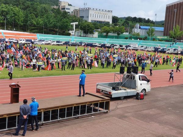 의성군민 1500여명이 김영만 군위군수가 공동후보지에 대한 유치신청을 한 31일 의성종합운동장에서 '통합신공항 시설 배치안 규탄 결의대회'를 열고 군위군에 인센티브가 몰려 있다며 항의하고 있다. /이승규 기자