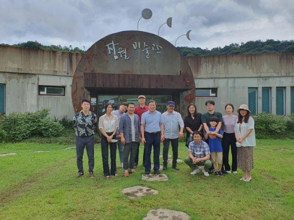 현동 김광옥 화백(왼쪽에서 여섯번째)이 제자들과 함께 했다. /잠월미술관 제공