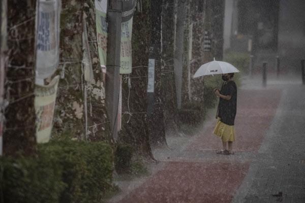 서울 지역에 장맛비가 내린 지난 29일 오후 서울 서초구 일대에서 한 시민이 우산을 쓰고 걸어가고 있다./뉴시스