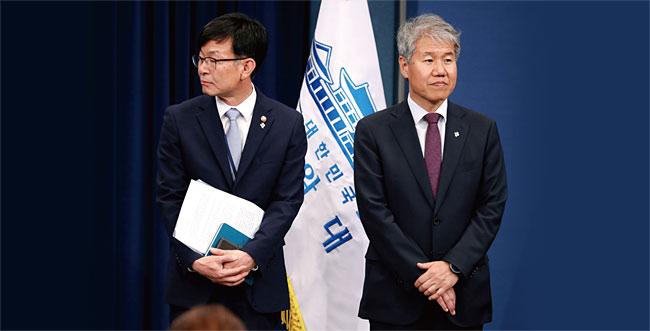 김상조 신임 정책실장(왼쪽)과 퇴임하는 김수현 정책실장이 지난해 6월 21일 청와대 춘추관에서 인사말 순서를 기다리고 있다. photo 뉴시스