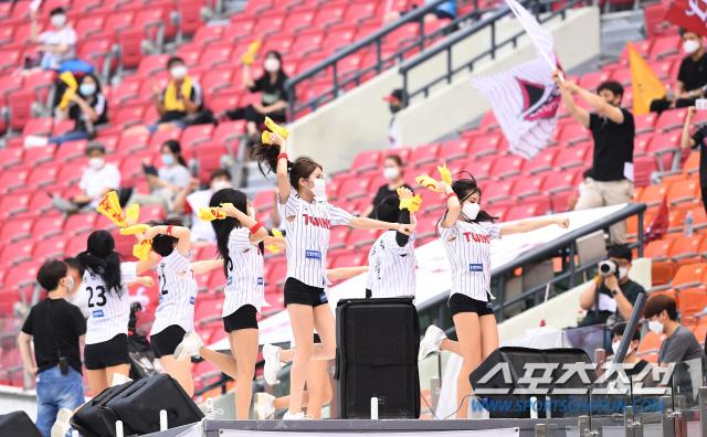 8월 1일 서울 잠실야구장에서 KBO리그 LG와 한화의 경기가 열렸다. LG 치어리더들이 열띤 응원을 펼치고 있다. 잠실=송정헌 기자 songs@sportschosun.com/2020.08.01/