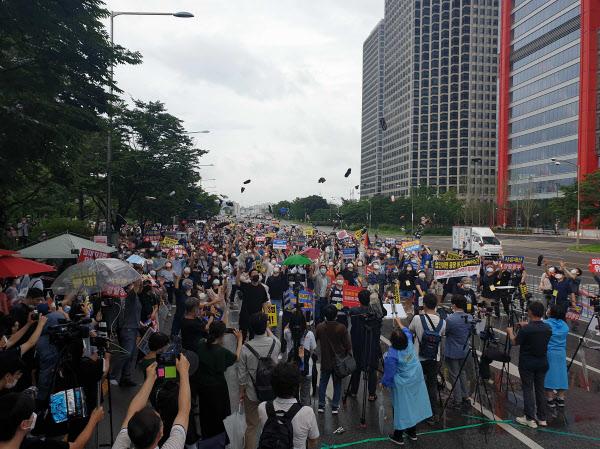 1일 오후 서울 영등포구 여의도 '전국민 조세저항 시위'에 참가한 시민들이 정부, 여당의 부동산 정책을 비판하는 의미로 신발을 벗어 하늘로 던지는 퍼포먼스를 선보이고 있다. /이기우 기자